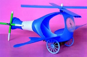 Helicóptero hecho con botellas de plástico.