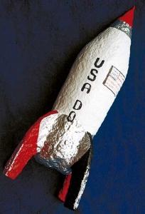 cohete-espacial-hecho-con-pasta-de-papel