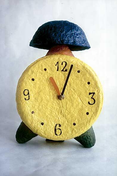 Como hacer un reloj despertador con papel maché casero