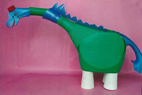 Libro de Manualidades para reciclar botellas de plástico | Dinosaurio hecho con botes de plástico