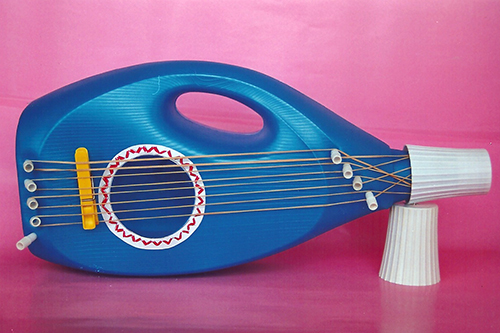 Un libro de manualidades para reciclar botellas de plástico | Guitarra hecha con botes de plástico