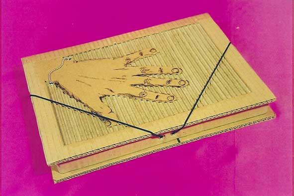 Carpeta hecha de cartón teciclado