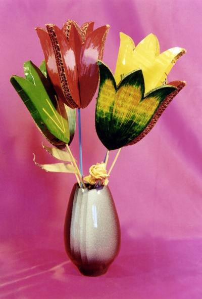 Flores hechas con cartón reciclado