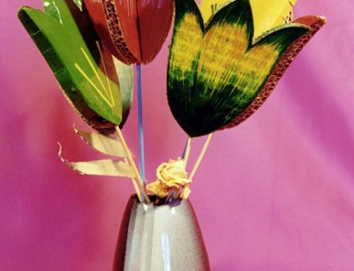 Flores hechas de cartón reciclado